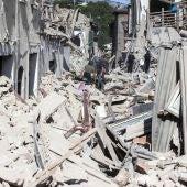 Equipos de emergencia buscan supervivientes entre los escombros en Amatrice, en el centro de Italia, hoy, 24 de agosto de 2016