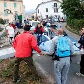 Los equipos de rescate llevan a una persona en una camilla tras el terremoto en Amatrice
