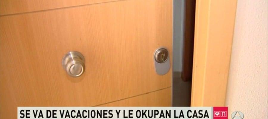 Frame 57.824073 de: Una vecina de El Molar vuelve de vacaciones y se encuentra a una familia de okupas viviendo en su casa
