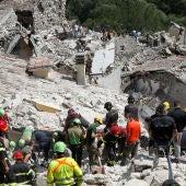 Los equipos de rescate trabajan después de un terremoto en Pescara del Tronto, Italia central, 24 de agosto de 2016.