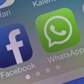 Los logotipos de Facebook y WhatsApp en la pantalla de un móvil