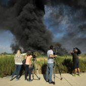 Una gran columna de humo provocada a consecuencia del incendio de Chiloeches