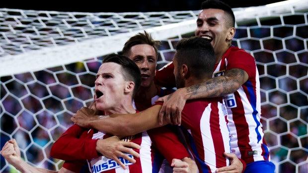 Gameiro celebrando con sus compañeros el 1-0 ante el Alavés