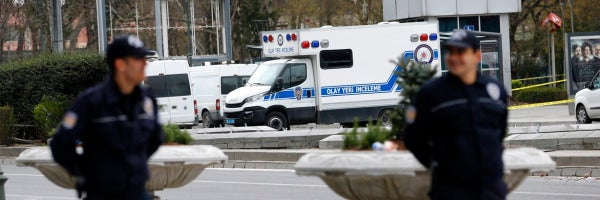 La policía turca monta guardia en el lugar donde se ha producido un atentado.