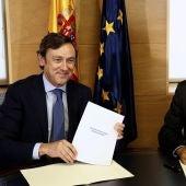 """Rafael Hernando y Girauta firman el pacto """"150 cmpromisos para mejorar España"""""""