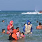 Las mujeres tunecinas con ' burkini ' en la playa de Bizerta , el noreste de Túnez.