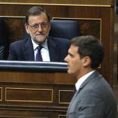 El presidente de Ciudadanos, Albert Rivera, pasa delante del escaño del presidente del Gobierno en funciones, Mariano Rajoy, durante la tercera sesión del debate de investidura