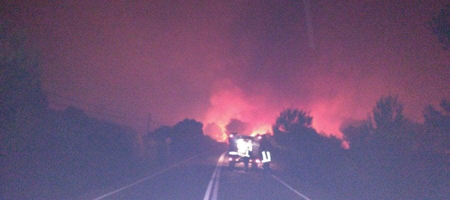Vista del fuego desde la carretera