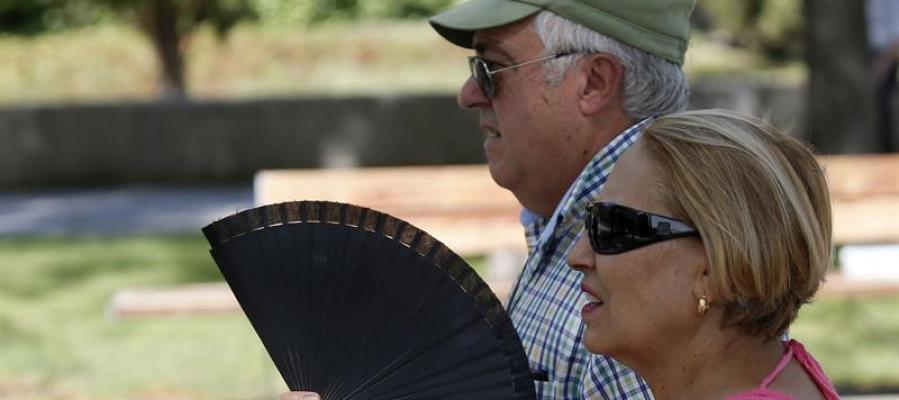 Dos señores se abanican ante el calor