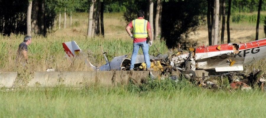 Dos guardias civiles investigan los restos de la avioneta que esta tarde se ha estrellado en una finca situada en las proximidades del Villanueva del Condado (León), falleciendo los dos ocupantes