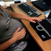 Mujer embarazada trabajando (archivo)