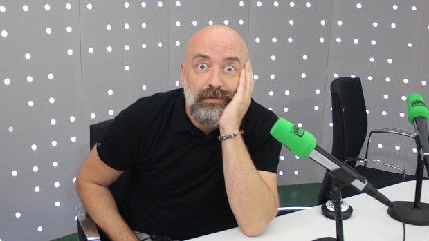 HUMOR | Carlos Alsina entrevista antes a Carlos I antes que a Pedro Sánchez