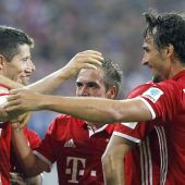 Los jugadores del Bayern celebran un gol de Lewandowski