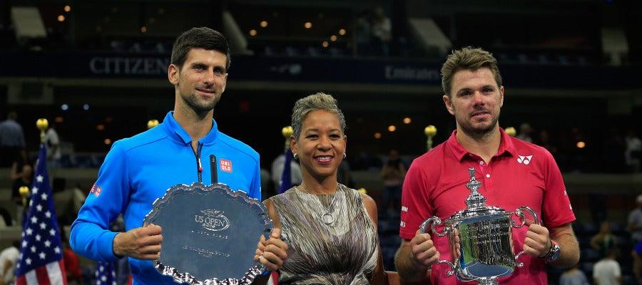 Wawrinka posando con el trofeo de campeón del US Open junto a Djokovic.