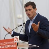 El presidente de Ciudadanos, Albert Rivera, ha emplazado a los líderes del PP, Mariano Rajoy, y del PSOE, Pedro Sánchez, a una mesa de negociación a tres después de las elecciones gallegas