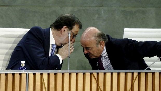 Personas Físicas: Rajoy no le da aún el pasaporte a De Guindos