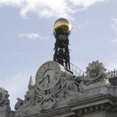 Reloj en la fachada de la sede del Banco de España, en la Plaza de Cibeles en Madrid