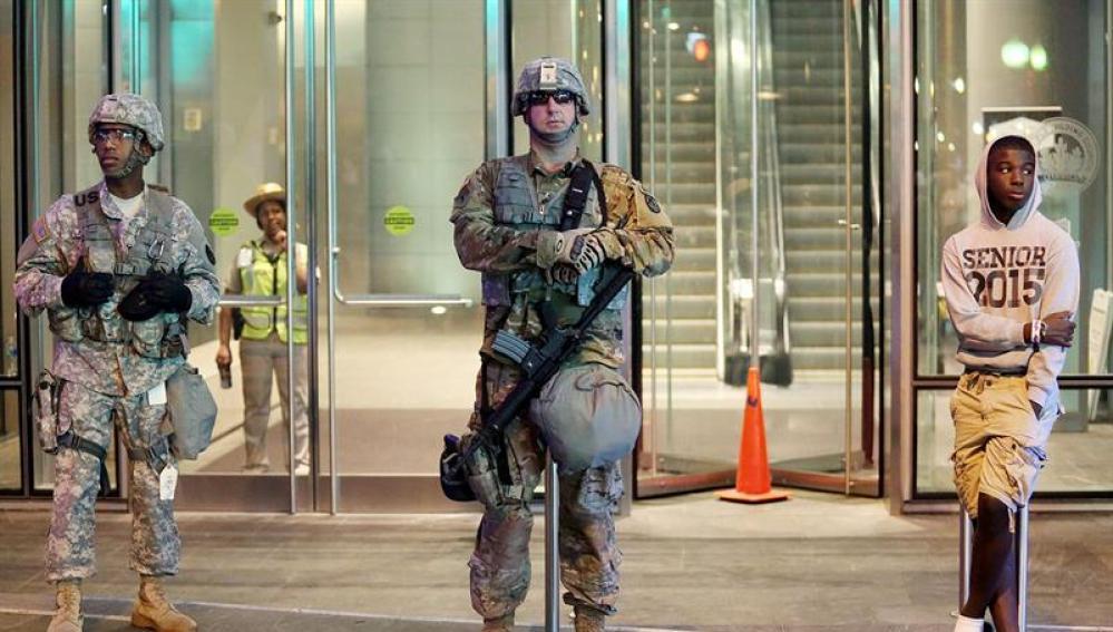 Miembros de la Guardia Nacional de Carolina del Norte toman posición en el centro de Charlotte, Carolina del Norte