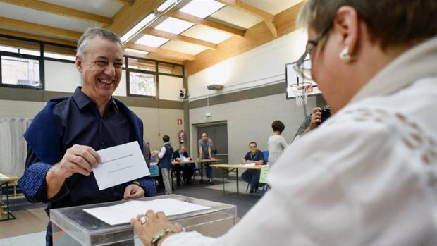 El lehendakari y candidato a la reelección por el PNV, Iñigo Urkullu, vota para las elecciones autonómicas