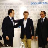 El líder del PP, Mariano Rajoy (i) saluda al presidente de la Xunta, Alberto Núñez Feijoó (2i), ante el presidente del PP vasco, Alfonso Alonso (2d), y la secretaria general del PP, María Dolores de Cospedal