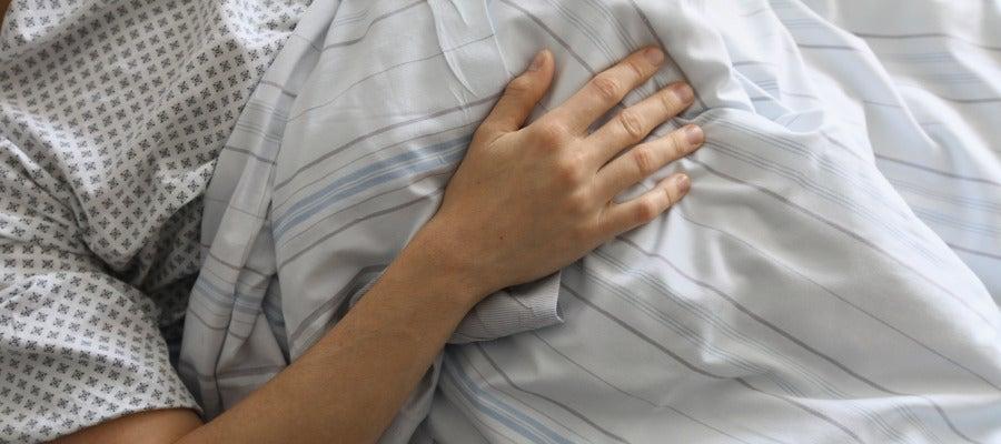 Un enfermo en una cama de un hospital
