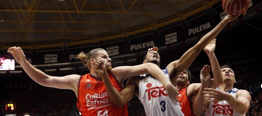 Jugadores del Real Madrid de Baloncesto y Valencia Basket durante el encuentro