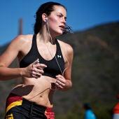 Una chica corre con auriculares