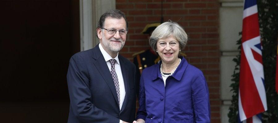 El presidente del Gobierno en funciones, Mariano Rajoy, y la primera ministra británica, Theresa May