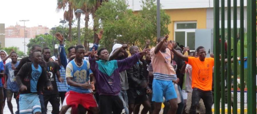 Foto de archivo de unos inmigrantes en el CIE de Aluche