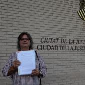 El presidente del Colegio Oficial de Enfermeros de Castellón, Francisco J. Pareja Llorens, en la Ciudad de Justicia de Castellón minutos antes de presentar la documentación al Ministerio Fiscal.