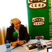 El presidente de Aldeas Infantiles SOS en España, Pedro Puig, durante una entrevista con Juan Ramón Lucas en Más de uno