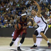 El base estadounidense del Barcelona Lassa, Tyrese Rice (i) controla el balón junto al escolta francés Fabien Causeur (d) del Brose Bamberg durante la cuarta jornada de la Euroliga disputada en el Palau Blaugrana en Barcelona