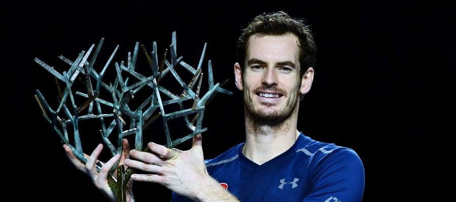 Andy Murray posa con el trofeo del Masters 1000 de París-Bercy