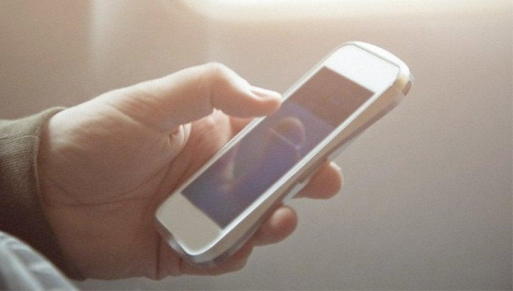Un hombre utilizando una aplicación móvil