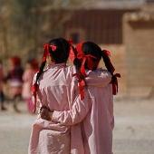 Niñas africanas con el uniforme del colegio