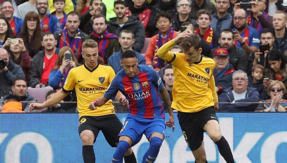 Neymar intenta avanzar con el balón ante el Javier Ontiveros y Diego Llorente