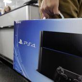 Imagen de archivo de un cliente sujetando una PlayStation 4