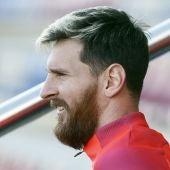 Messi sonríe antes de comenzar un entrenamiento con el Barça