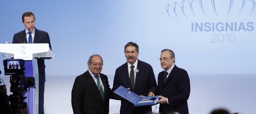Florentino Pérez entregando una placa de plata a un aficionado