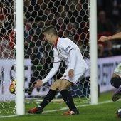 Vietto y Sarabia celebran un gol del Sevilla