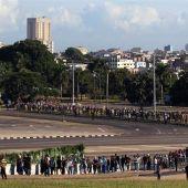 Miles de personas hacen fila para entrar a la Plaza de la Revolución de La Habana y rendir homenaje a Fidel Castro