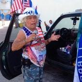 Un hombre vendiendo banderas de Viva Cuba libre