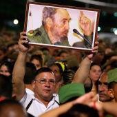 Miles de personas asisten al acto celebrado para despedir al fallecido líder cubano Fidel Castro, en la Plaza de la Revolución de La Habana