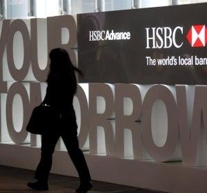 Una mujer se dirige a la sede de HSBC en Hong Kong, China