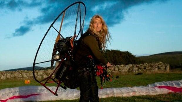 La investigadora que vuela junto a los cisnes en su paramotor