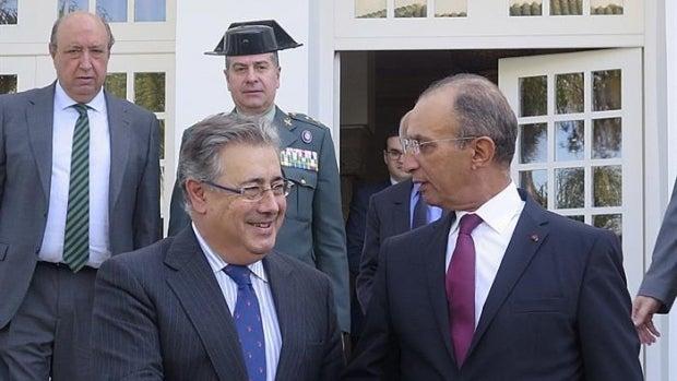 El ministro de Interior español, Juan Ignacio Zoido (i), saluda a su homólogo marroquí, Mohamed Hassad (d)