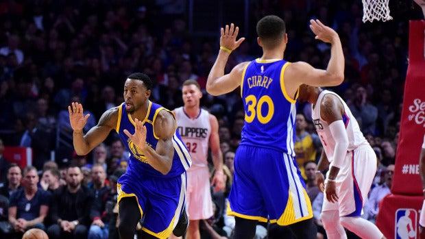 Curry e Iguodala celebran una canasta ante los Clippers