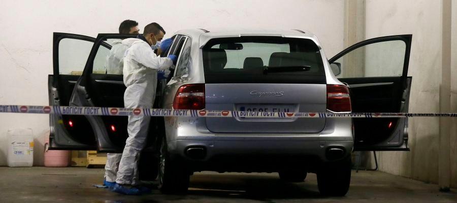 La policía científica registra el vehículo de María del Carmen Martínez