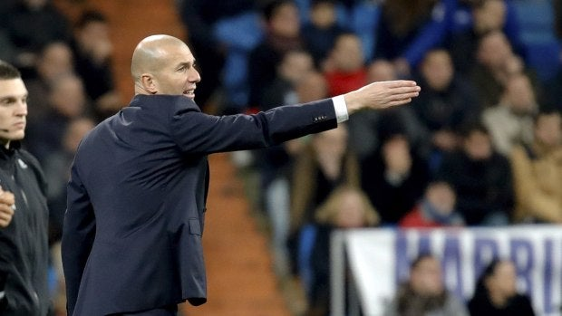 Zidane ordenando en el partido frente al Deportivo
