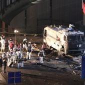 Investigadores policiales trabajan en el lugar en que se produjo la explosión en los alrededores del estadio de la arena de Vodafone en Estambul, estadio oficial del club de fútbol Besiktas